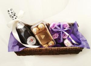 У нас можно заказать подарочную корзину на 8 марта, день рождения, подарки для девушек