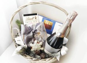 подарочная корзина на новый год, корпоративные подарки, подарки со сладостями, подарки с конфетами, подарочная корзина с конфетами