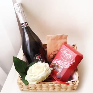 подарочная корзина на 8 марта, доставка подарков, сладкие подарки, подарок девушке