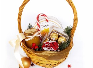 Подарочная корзина с конфетами на Новый год